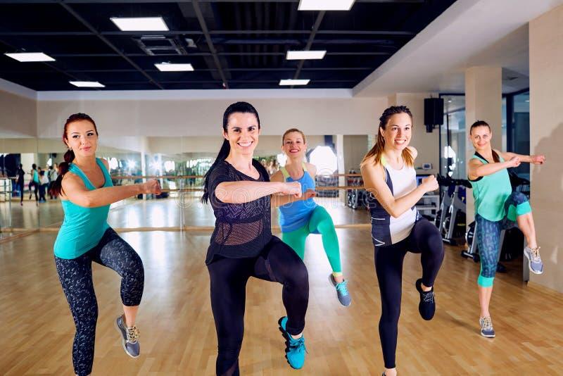 Treinamento do grupo das meninas no gym imagem de stock royalty free