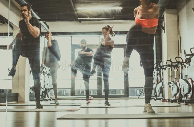 treinamento do grupo Exercício do grupo de pessoas junto foto de stock