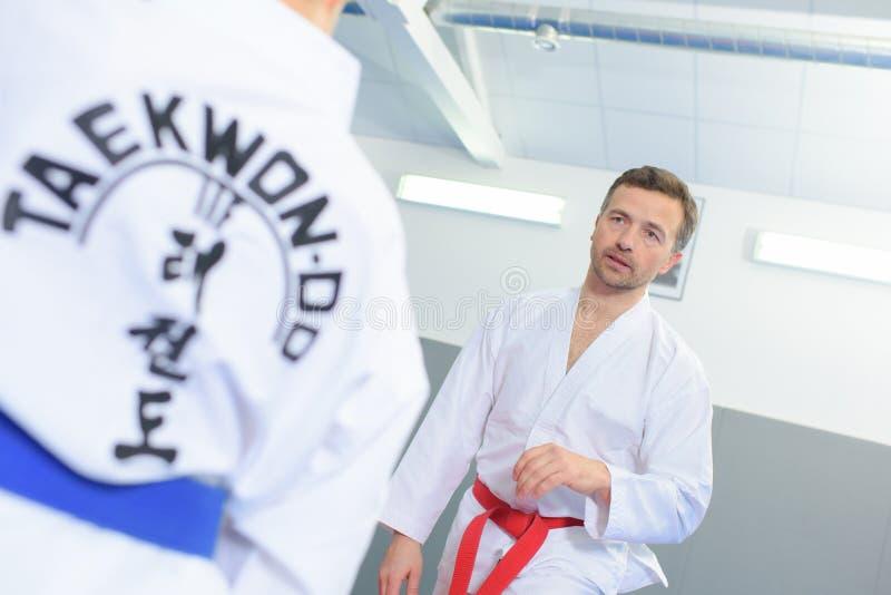Treinamento do homem na classe de taekwondo imagem de stock