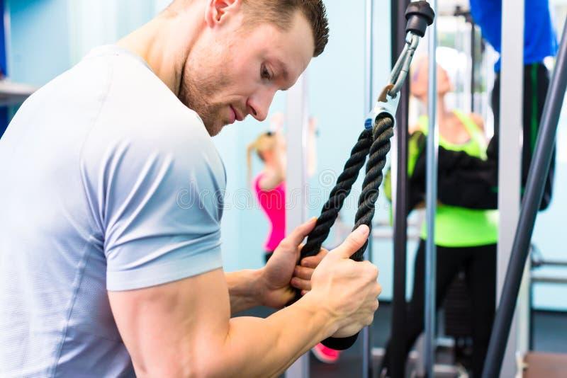 Treinamento do homem no gym - máquina da aptidão fotos de stock royalty free