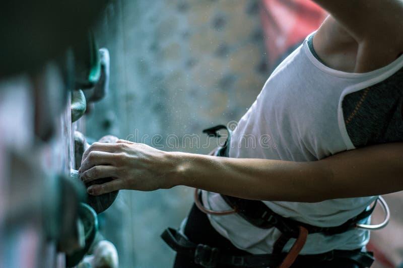 Treinamento do montanhista na parede artificial imagens de stock