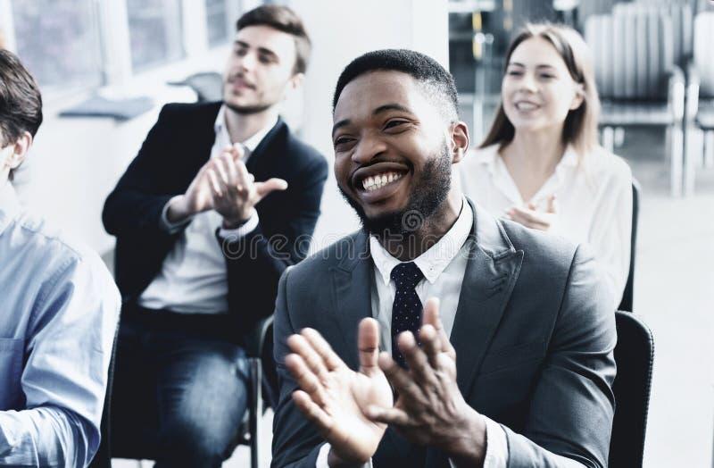 Treinamento do neg?cio Homem afro-americano que aplaude ao orador imagens de stock royalty free