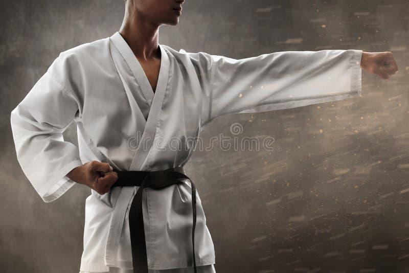 Treinamento do perfurador do lutador da arte marcial foto de stock