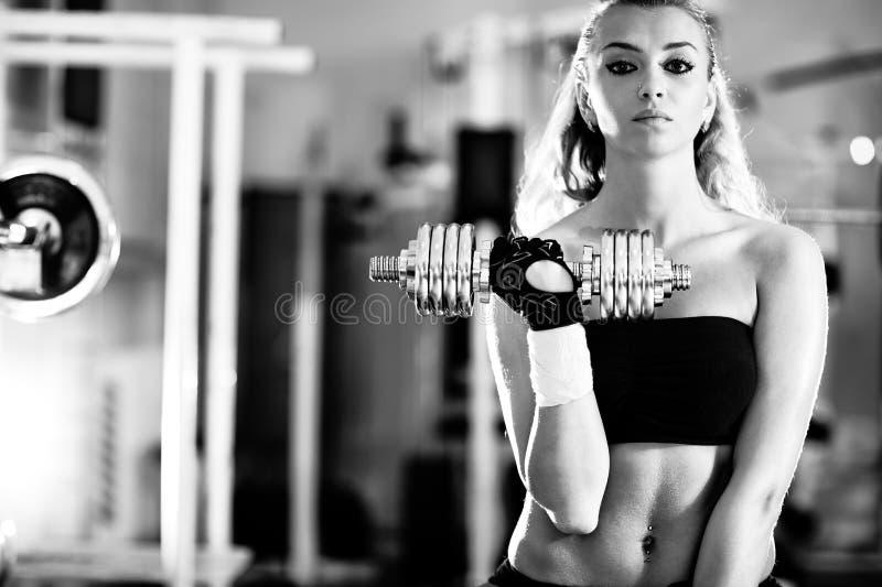 Treinamento do peso da mulher nova imagens de stock royalty free