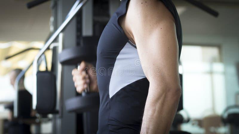 Treinamento do peso do gym do homem fotos de stock royalty free