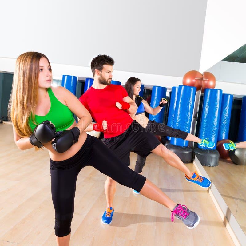 Treinamento do pontapé do grupo do aerobox do encaixotamento baixo no gym fotografia de stock royalty free