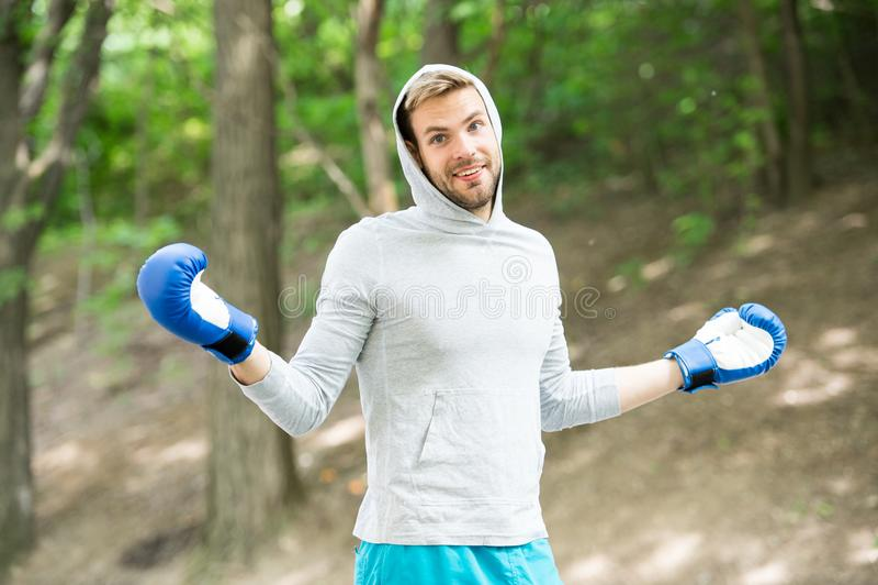 Treinamento do pugilista do desportista com luvas de encaixotamento Conceito do encaixotamento Equipe o atleta na cara feliz com  imagens de stock
