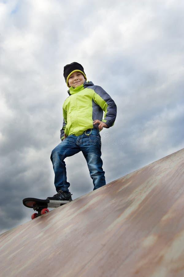 Treinamento do skater na tabela imagens de stock