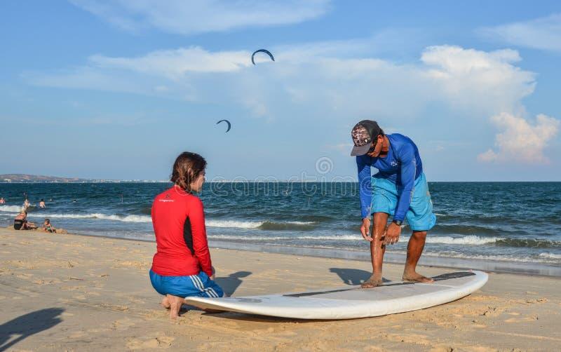 Treinamento dos estudantes da escola da ressaca na praia foto de stock