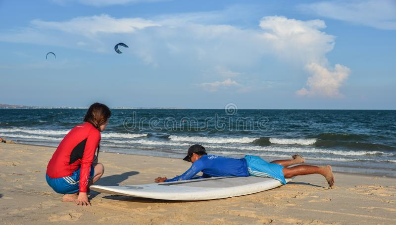 Treinamento dos estudantes da escola da ressaca na praia fotografia de stock