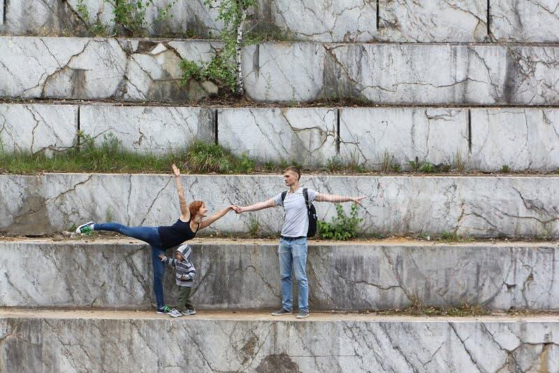 Treinamento dos pares da dança em um curso no tempo livre em um poço de mármore fotos de stock