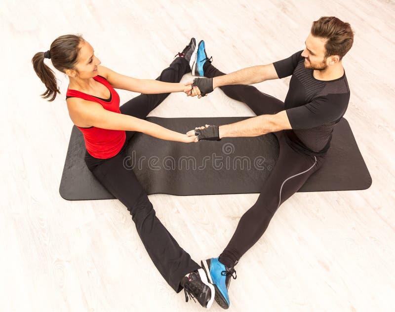 Treinamento dos pares em um Gym fotografia de stock
