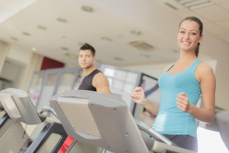 Treinamento dos pares no gym foto de stock