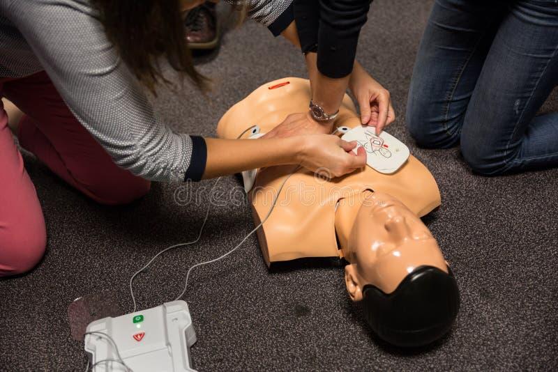 Treinamento dos primeiros socorros Prática do CPR do desfibrilador fotografia de stock royalty free