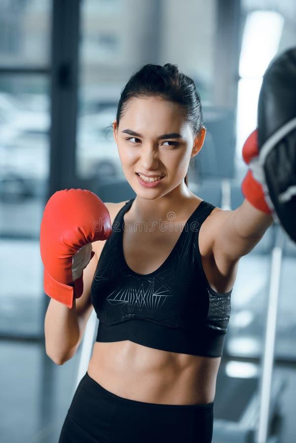 treinamento fêmea novo expressivo do pugilista imagem de stock royalty free