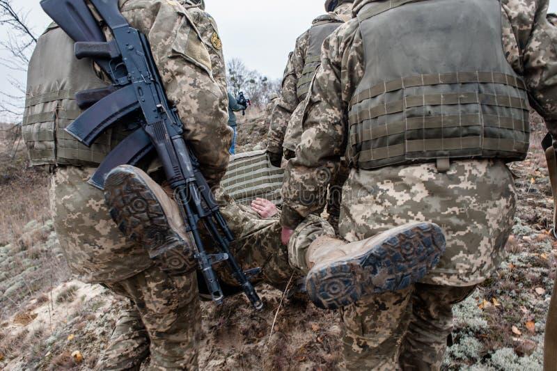 Treinamento médico militar e tático imagens de stock