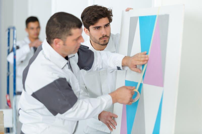 Treinamento masculino de dois pintores imagem de stock