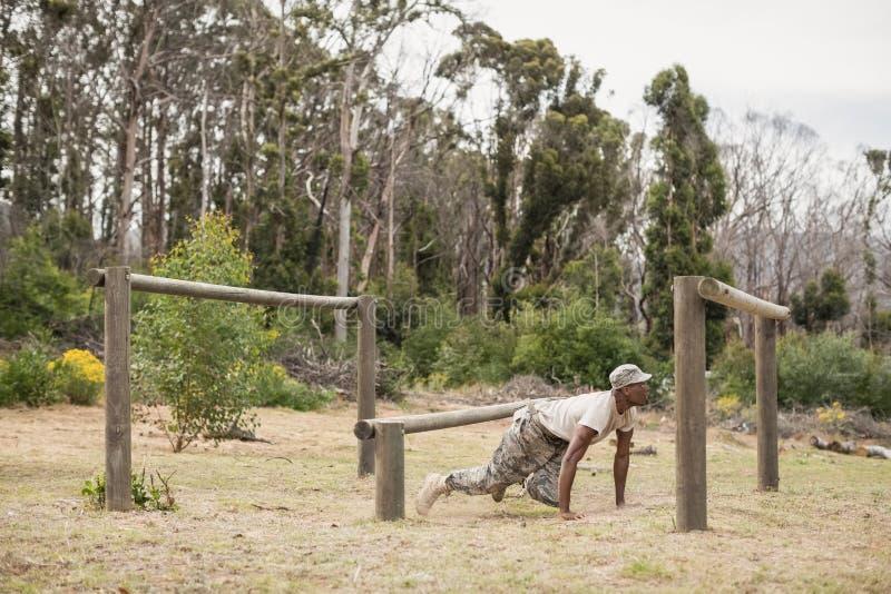 Treinamento militar do soldado na fuga da aptidão imagem de stock
