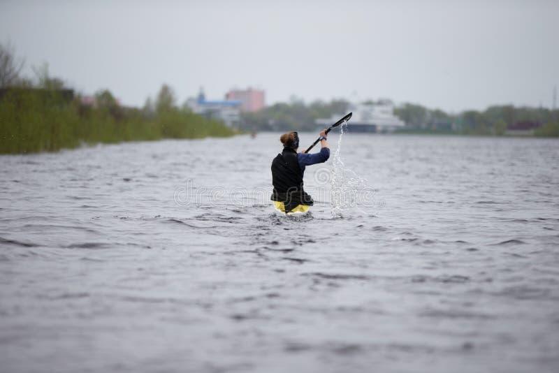 Treinamento no enfileiramento Uma mulher está na canoa fotos de stock
