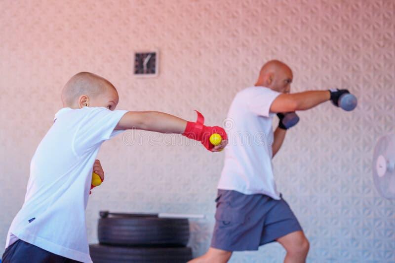 Treinamento no gym, o conceito do encaixotamento do desenvolvimento dos esportes imagens de stock