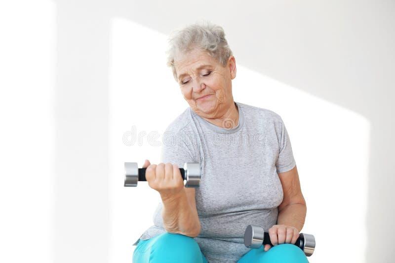 Treinamento paciente idoso no centro de reabilitação imagens de stock royalty free