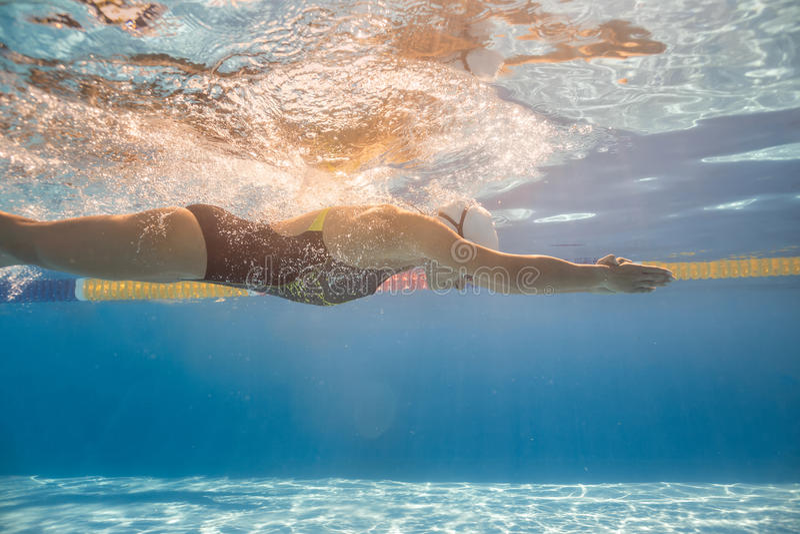 Treinamento subaquático na associação imagens de stock