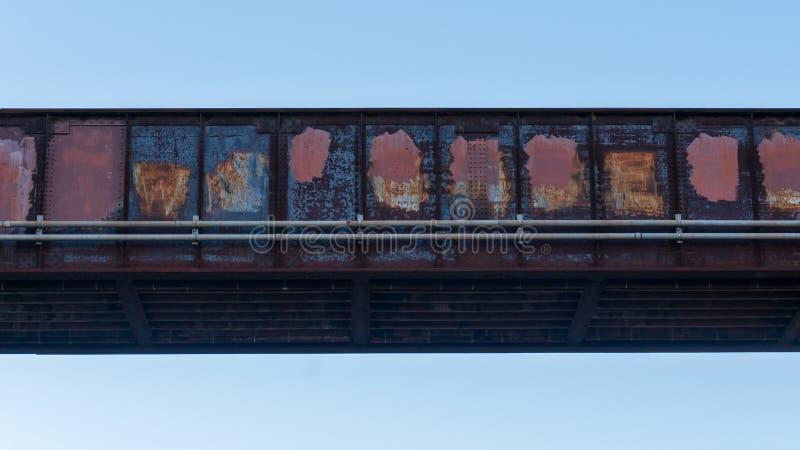 Treinbrug van staalrood wordt met roest en in verf wordt behandeld gemaakt die die omhoog graffiti behandelen die royalty-vrije stock afbeeldingen
