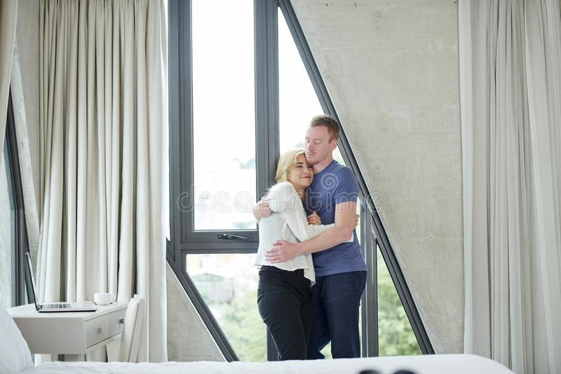 ?treindre les couples heureux photographie stock libre de droits