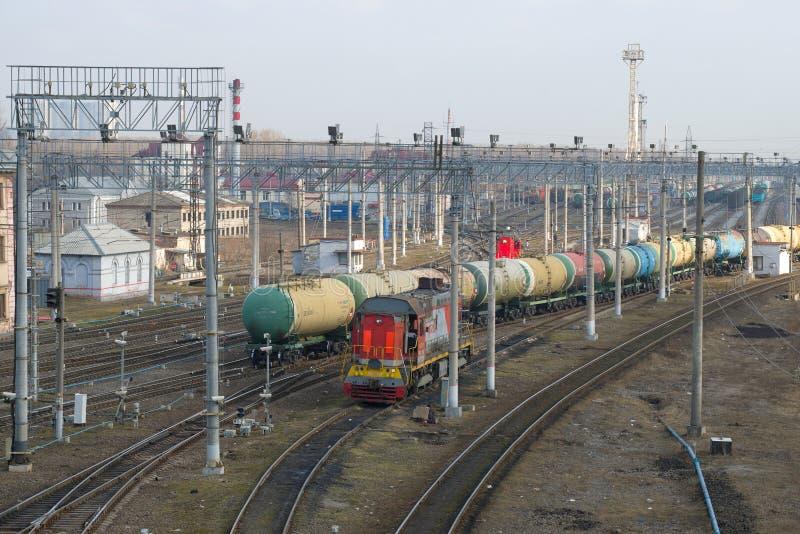 Treine dos carros de tanque da estrada de ferro na jarda do frete no dia de abril imagem de stock royalty free