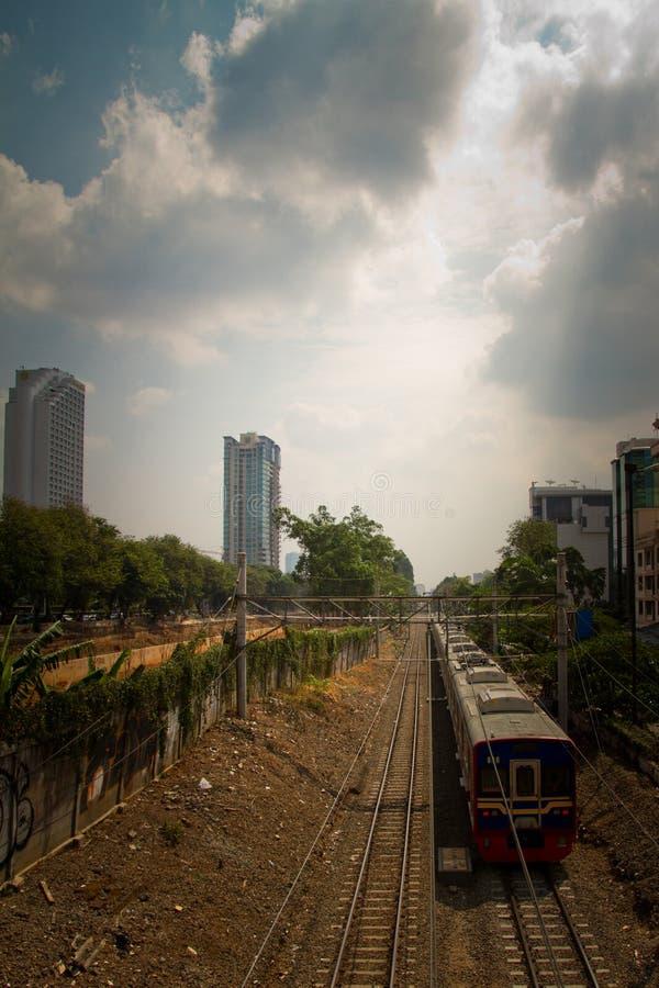 Treine e os precários da trilha do trem de Jakarta central, Indonésia fotografia de stock royalty free