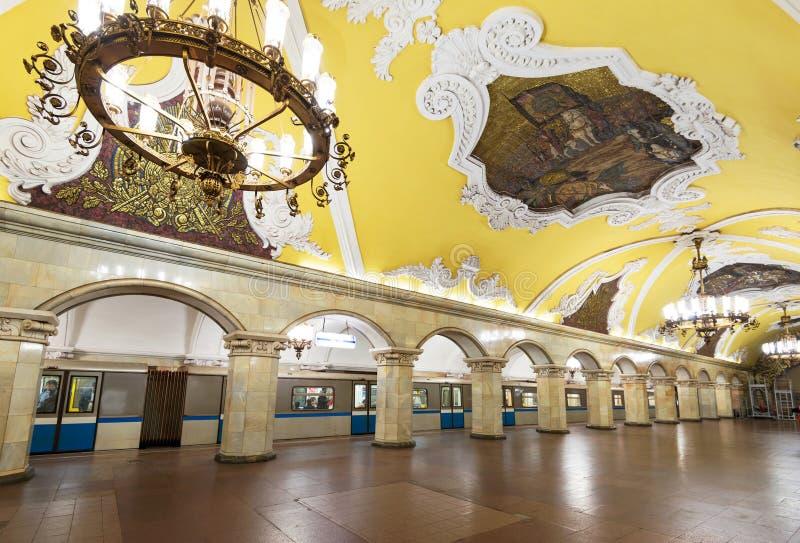 Treine na estação de metro Komsomolskaya em Moscovo, Rússia fotos de stock