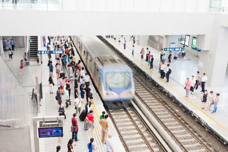 Treine na estação ocupada, China foto de stock royalty free