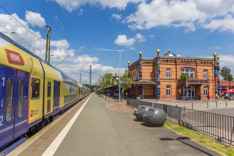 Treine na plataforma da estação de trem em Uelzen foto de stock royalty free