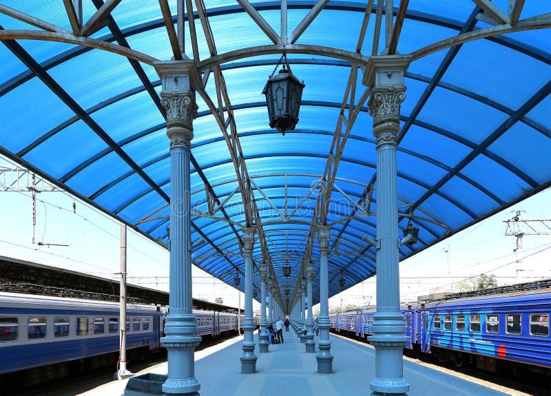 Treine na plataforma do passageiro de Moscou (estação de trem) de Yaroslavsky, Rússia imagens de stock