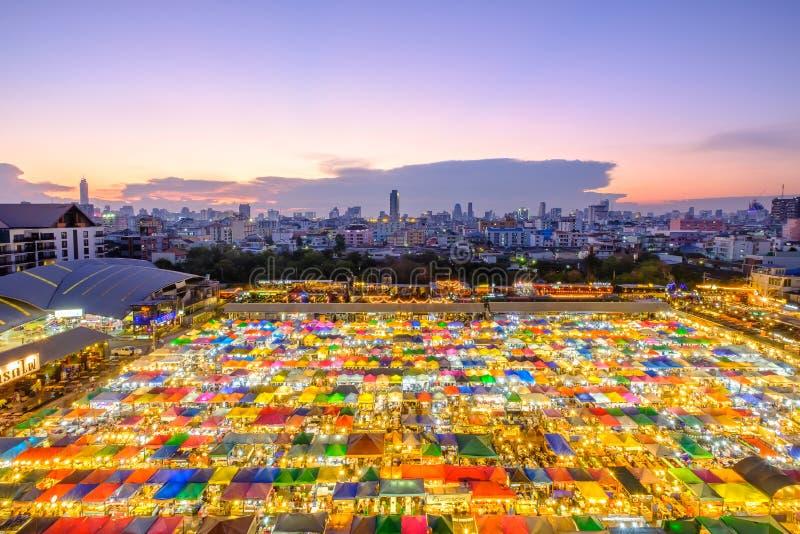 Treine o mercado, o mercado famoso da noite da segunda mão com um colorf fotos de stock royalty free