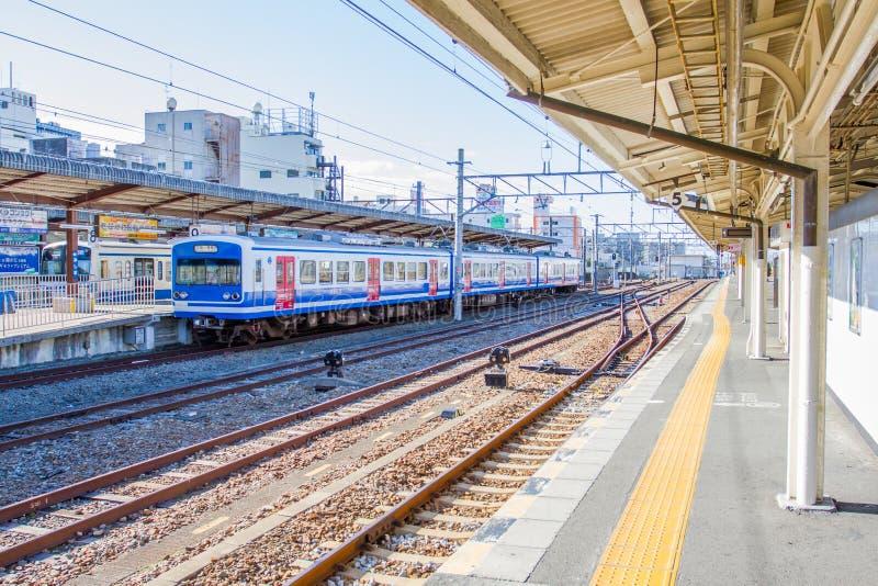 Treine o passageiro de espera na estação de Kyoto imagens de stock royalty free