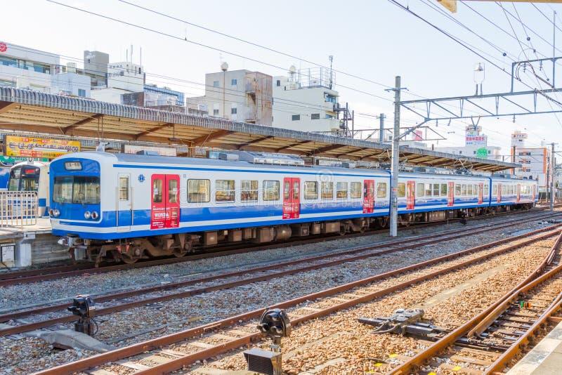 Treine o passageiro de espera na estação de Kyoto fotos de stock