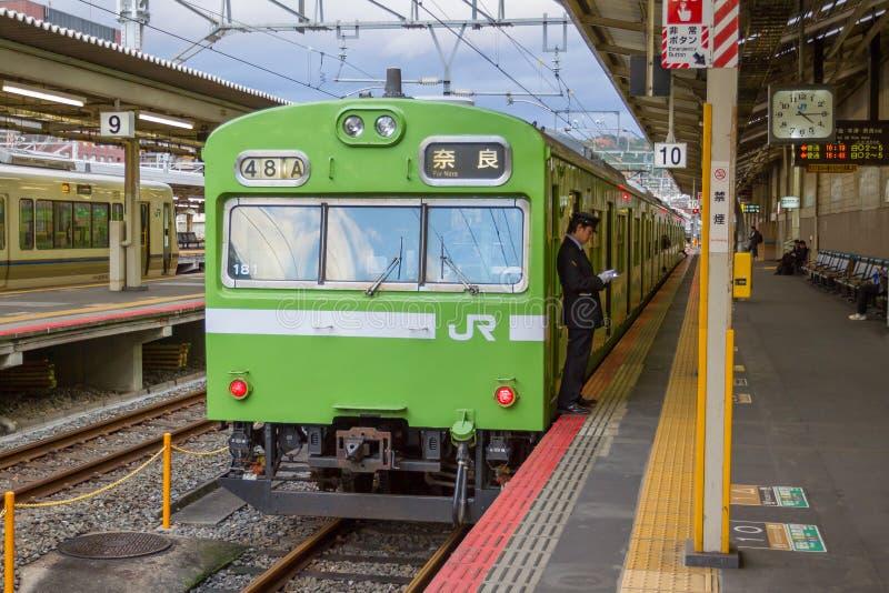 Treine o passageiro de espera na estação de Kyoto fotos de stock royalty free