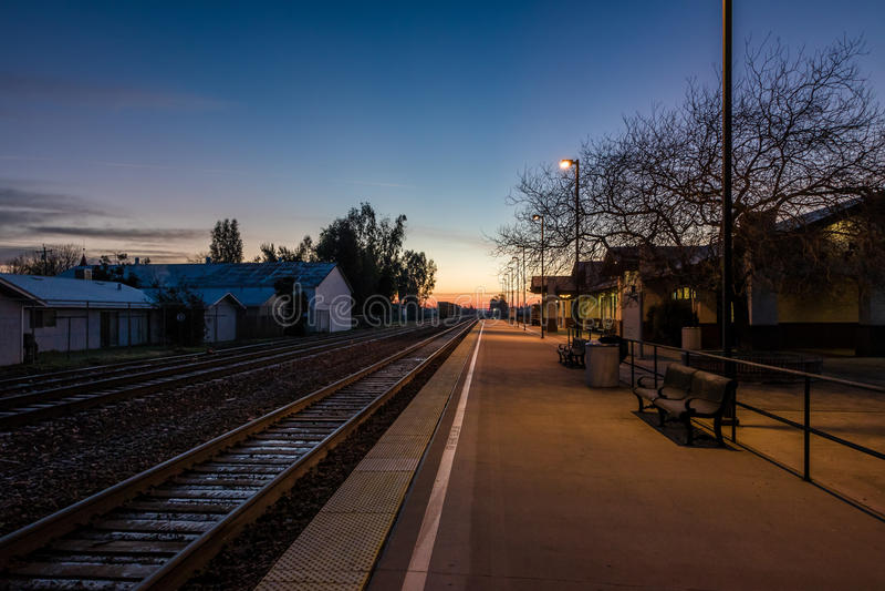Treine a plataforma no nascer do sol - Merced, Califórnia, EUA imagem de stock