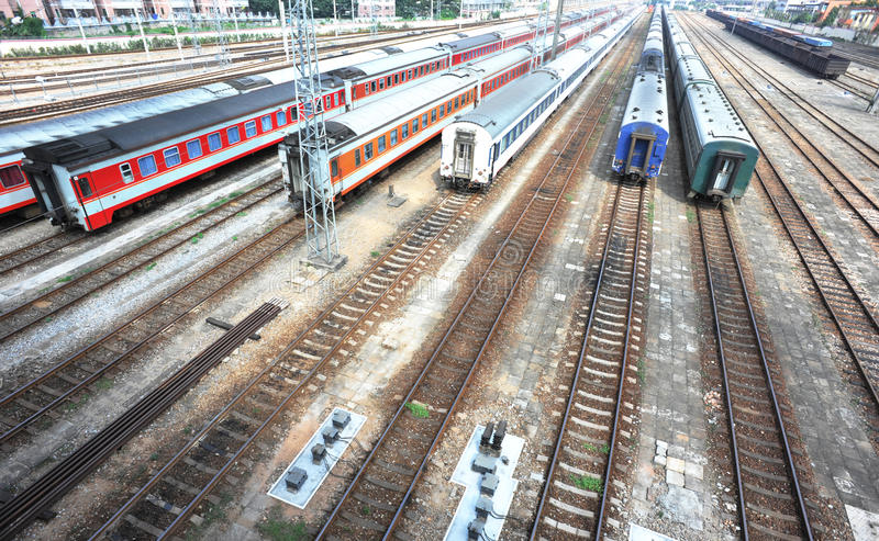 Treinen die bij spoorweg worden geparkeerd royalty-vrije stock fotografie
