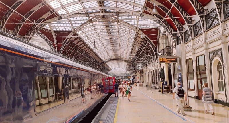 Treinen en passagiers in Paddington-Post, Londen stock foto's