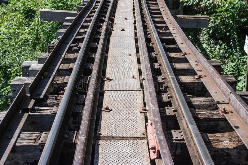 Treinen het lopen op het spoor die van doodsspoorwegen kwairivier in kanchanaburi kruisen royalty-vrije stock fotografie