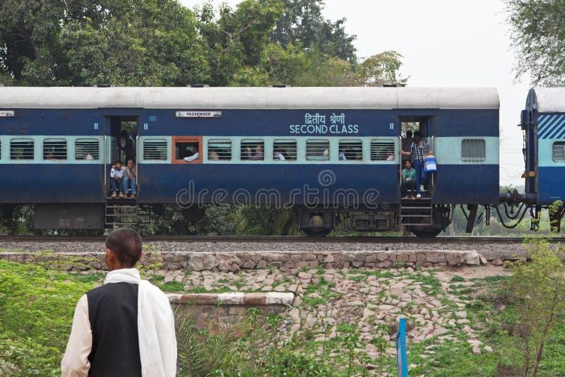 Treinhalt in Landelijk India stock afbeelding