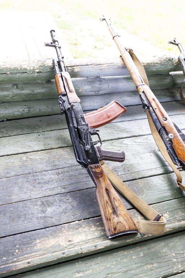 Treino militar a arma está no pronto metralhadoras, rifles, e metralhadoras todas as eras diferentes fotos de stock