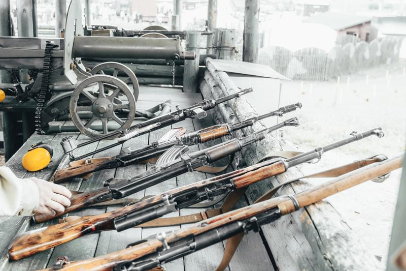 Treino militar a arma está no pronto metralhadoras, rifles, e metralhadoras todas as eras diferentes fotografia de stock