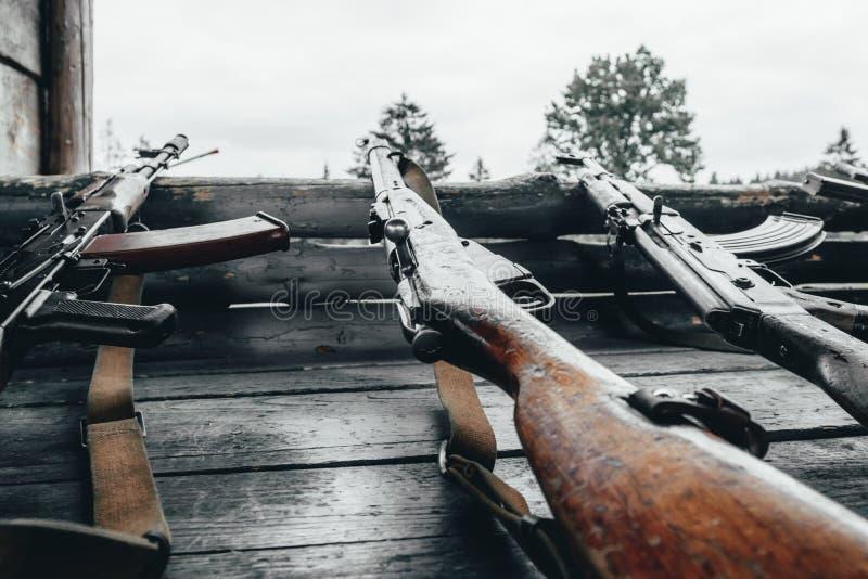 Treino militar a arma está no pronto metralhadoras, rifles, e metralhadoras todas as eras diferentes imagem de stock royalty free