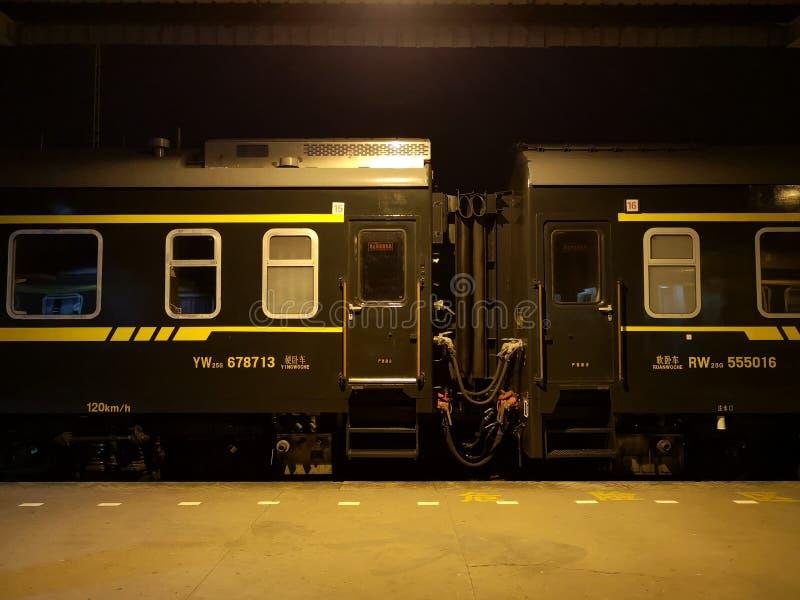 Treinreis in China, groene trein Dwarsbalktrein stock foto