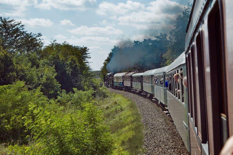 Treinreis met stoomlocomotief royalty-vrije stock foto