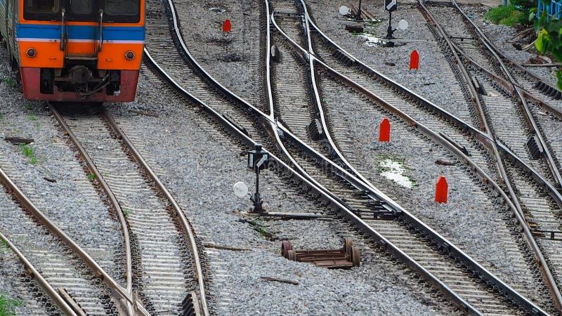 Treinspoor en verkeersteken tussen spoorweg Reis door trein Lokaal vervoer Reis op de zomer door trein verbinding royalty-vrije stock afbeelding