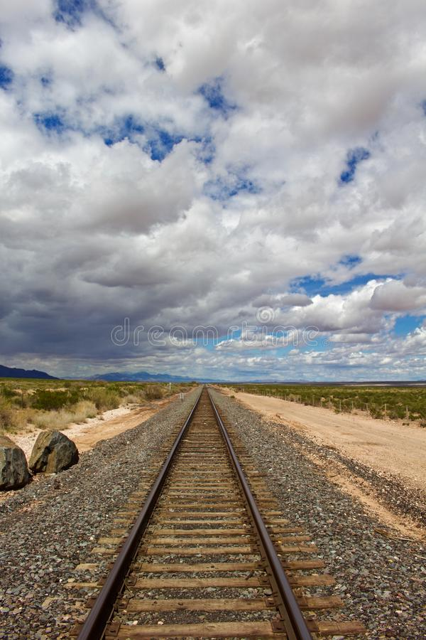 Treinsporen aan Horizon met Bewolkte Hemel stock foto